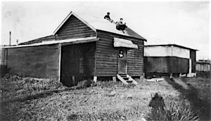 Beach shack at Cribb Island 1928 (State Library of Queensland negative number 27.35574,153.113953)